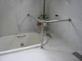 モダンな浴室のステンレス手すり
