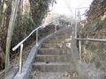 らせん階段の参道に設置した角度調整自由のステンレス組立て手すり