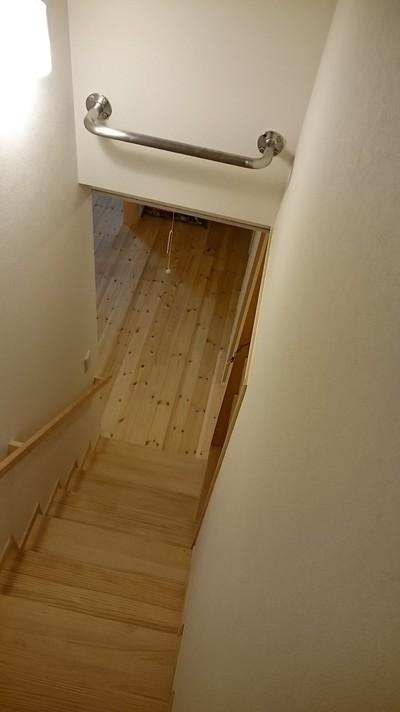 階段空間に設置した壁横取付の懸垂棒