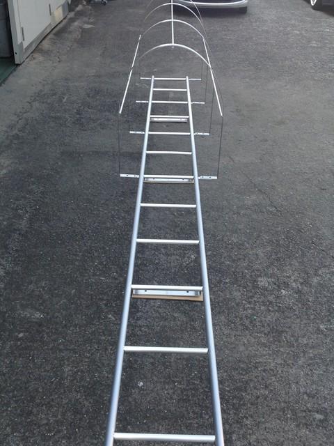 安全ガード付きの点検タラップ